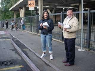 Castel Bolognese - Attivisti del Pd davanti alla scuola