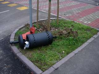 Cestino porta rifiuti divelto