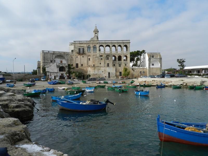Polignano a Mare - Il porticciolo di San Vito e l'Abbazia benedettina.